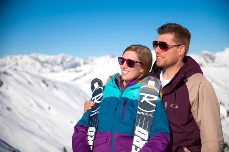 Skifahrer genießen die Sonne im Großarltal