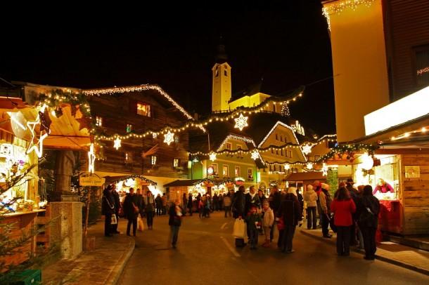 Marktplatz mit neuer Weihnachtsbeleuchtung