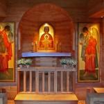 Aigenalmkapelle. Das Altarbild zeigt die Mutter Gottes mit dem Jesuskind, die beiden Seitenbilder die Erzengel Gabriel und Michael.