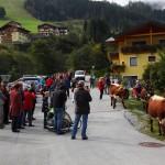An die 200 Besucher erwarten den Zug an der Johannesbrücke in Unterberg