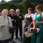 Anita und Anja verteilen Schnaps und Schnuraus an die Zaungäste