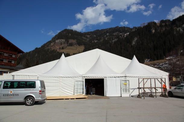 Das Erste ist geschafft. Das Zelt steht schon mal.