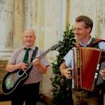 Sorgten spontan für den guten Ton: Bürgermeister Hans Toferer an der Gitarre und meine Wenigkeit