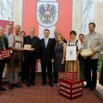 Die Delegationen aus dem Großarltal bei der Auszeichnung mit Genussregions-Obfrau Margaretha Reichsthaler, Landesrat Sepp Eisl und Minister Niki Berlakovich