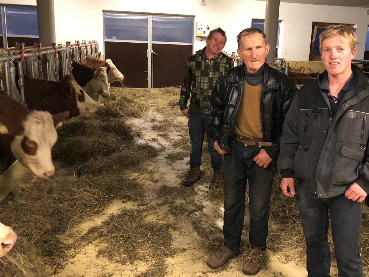 Bergbauer Rupert mit seinen Söhnen. Er hat auch einen neuen Stall bekommen. Letztes Jahr wurde die Prognose noch im alten Stall in Empfang genommen.