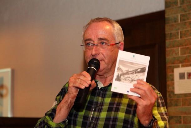 Obmann Sepp Kendler bei der Präsentation seines Buches über die Alpingeschichte von Hüttschlag