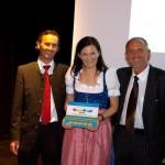 Sepp und Elisabeth Kendlbacher werden von Gerhard Stoitz (Geschäftsführer der Europa Familienhotels) mit 5 Smilys ausgezeichnet.