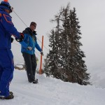 Die Sprengmeister - Betriebsleiter und Pistenchef der Großarler Bergbahnen bereiten eine Lawinensprenung vor - der Sprengstoff wird mit dem roten Seil in den Hang gelassen