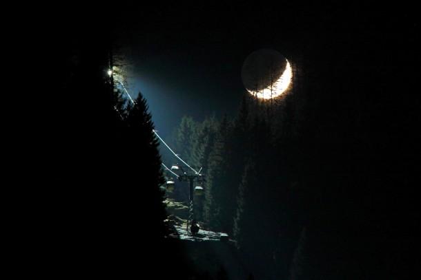 Der Mond und die Scheinwerfer der Panoramabahn strahlen um die Wette