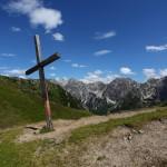 """Draugsteintörl. Gezeichnet durch Wind und Wetter """"hängt"""" das Kreuz ganz schief"""