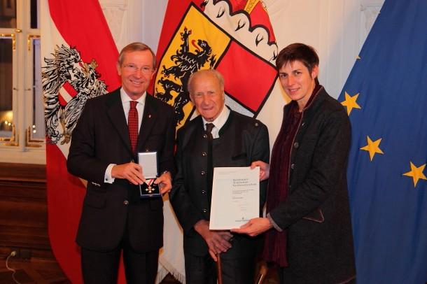 Anton Knapp (Mitte) bei der Verleihung des Tourismus-Verdienstzeichen des Landes Salzburg mit Landeshauptmann Dr. Haslauer und Landeshauptmann-Stellvertreterin Dr. Rössler