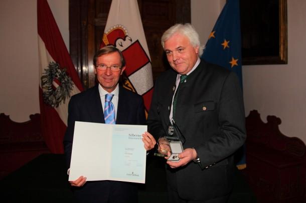 Landeshauptmann-Stellvertreter Dr. Wilfried Haslauer (li.) und Franz Zraunig bei der Ehrenzeichenüberreichung.