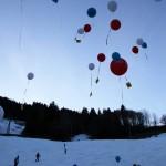 Ballons tragen die Botschaften fort