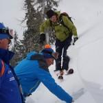 Feststellung der Schwachschicht in der Schneedecke - auf dieser Schicht bricht dann der Hang und es kommt zur Lawine