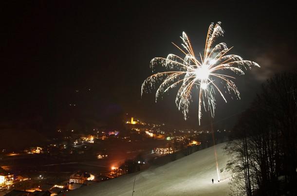 Feuerwerk bei Fackellauf von Intersport Lackner.