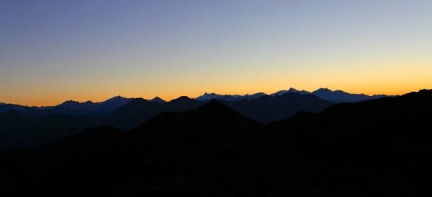 Abendhimmel mit Blick Richtung Westen zu Großglockner und Wiesbachhorn beim Abstieg vom Draugstein