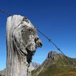 Dieser alte Zaunpfahl hat wohl schon viele Wanderer vorbeigehen sehen