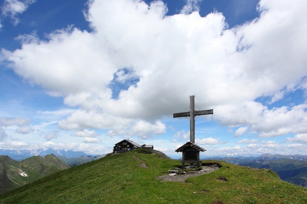 Gamskarkogel mit Gipfelkreuz und Gamskargogel-Hütte