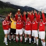 Siegermannschaft mit verdientem Siegespokal