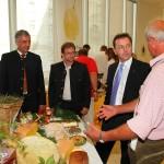 "Small-Talk: Minister Berlakovich lauscht den Ausführungen von Josef Andexer alias ""Bichi Sepp"""