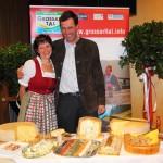 Elisabeth Gruber (Schiedstein) und Johann Rohrmoser (Klausbauer) mit ihren Spezialitäten