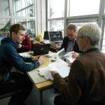 Seilbahntechniker Gerhard vor der Prüfungskommission