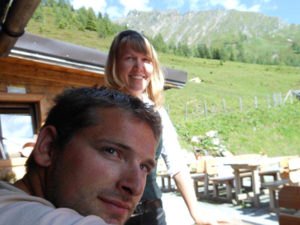 """Hirter Rupert und Sennerin Eva von der Glettenalm in Hüttschlag - die """"Gletten"""" ist ein wahnsinns schönes Almgebiet und durch die drei Berge """"Kreuzeck"""", """"Klingspitz"""" und """"Hirzegg"""" eingerahmt!"""