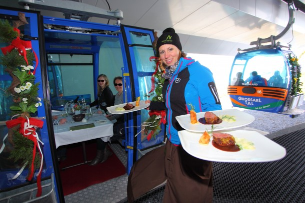 Tina Neudegger vom Hotel Nesslerhof serviert das Gondeldinner