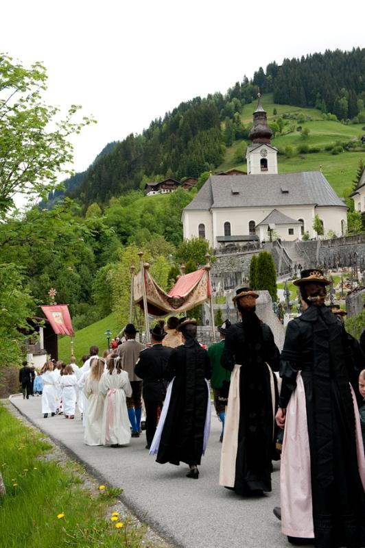 Die Großarler Kirchgasse - ein Ort der Tradition, Begegnung und Kommunikation (natürlich spricht man auch über's Wetter). Bild: Fotostudio Gruber - http://www.bilderarchiv.at