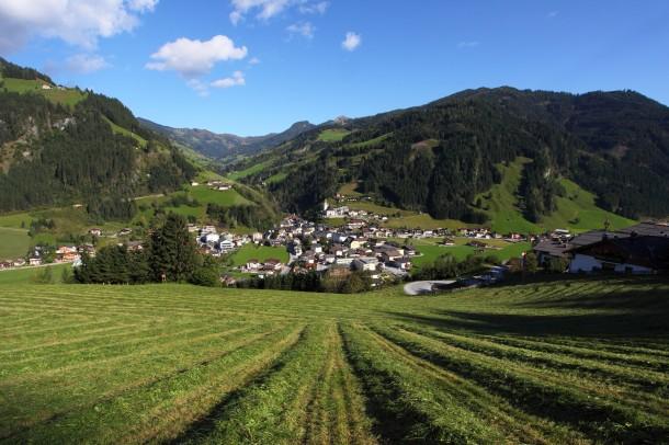 Juli 2014: Blick auf Großarl über die frisch gemähten Wiesen beim Aigenbauer