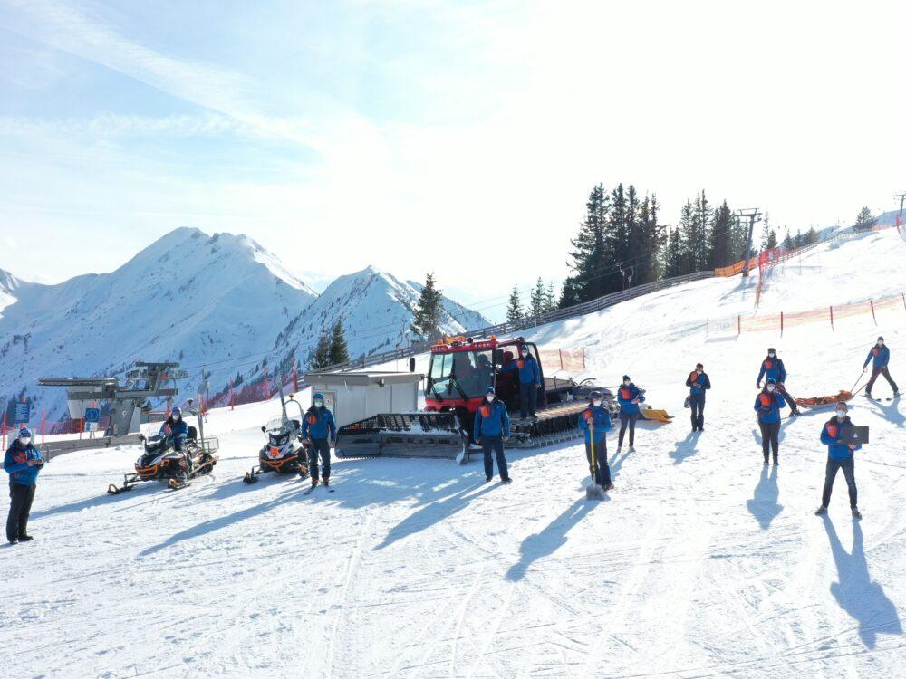 Mitarbeiter/-innen der Großarler Bergbahnen am 13. März 2021 mit ihren Arbeitsmitteln. Der Mund-Nasen-Schutz war auch hier das prägende Element in der Wintersaison 2020/21.