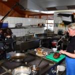 Kameramann Christian filmt Heidi bei der Arbeit in der Küche der Laireiteralm
