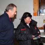 Lois Laireiter und Lisa Braune kontrollieren am Monitor die Kameraeinstellung
