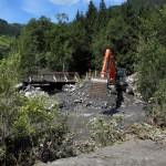 Die Radwegbrücke wird wieder freigebaggert