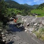 Steine, Schlamm und Holz versperren den Graben.