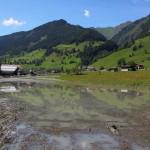 Mit Schutt und Schlamm sind einzelne Wiesen überflutet