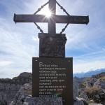 Gipfelkreuz und Schrifttafel am Sandkogel