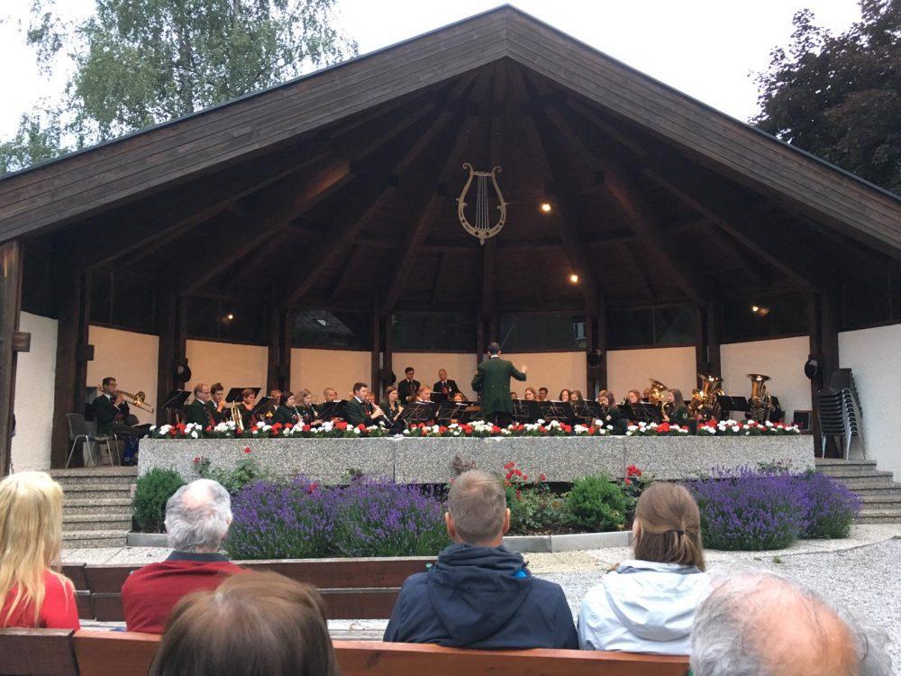 Die Trachtenmusikkapelle Großarl beim Platzkonzert beim Musikpavillon