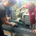 Prüfender Blick in der Klemmenwerkstatt. Die Klemme verbindet das Fahrbetriebsmittel (Kabine, Sessel) mit dem Seil.