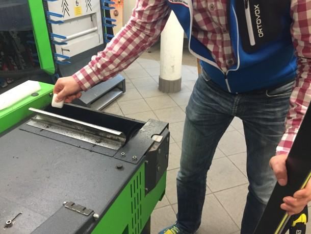 Fluid-Universal-Wachsel wird auf die Maschine aufgetragen
