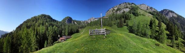 Kreuz nahe der Niggeltalalm (Igltalalm) mit Blick hur Höllwand