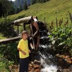 Anna am Wasserrad bei der Igltalalm