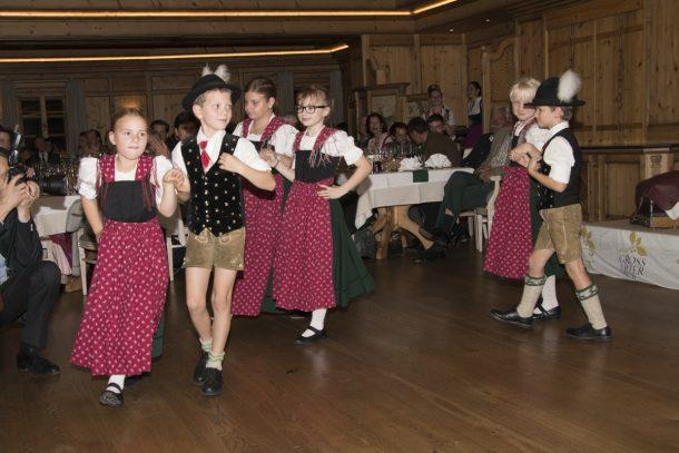 Die Kinder der Volkstanzgruppe Großarltal eröffnen den Tanz