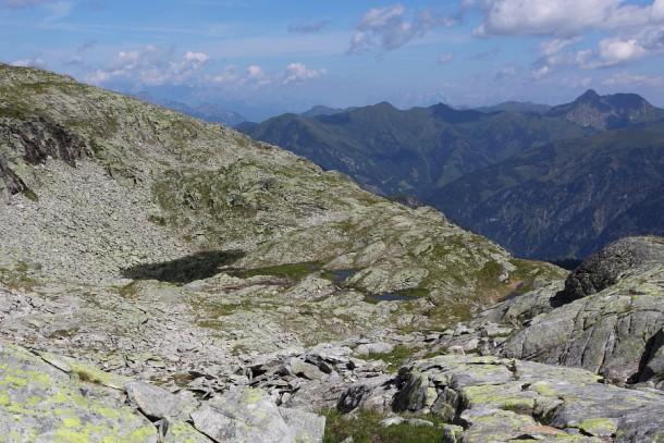 Felsdurchsetztes Gelände und Platten - Trittsicherheit ist unbedingt erforderlich
