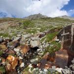 Rostrot gefärbte Steine säumen den Weg hinauf zur Mittelelendscharte