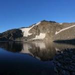 Die Ausläufer des Ankogels spiegeln sich kräftig im See