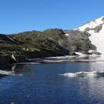 Eisschollen schwimmen noch im See umher.