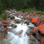 Gleich hinter der Ötzlhütte findet man im Bach diese roten Steine.