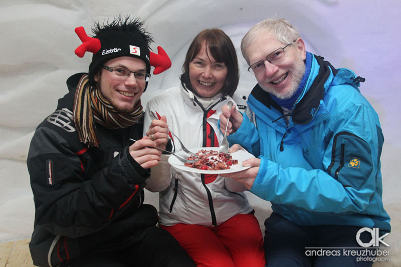 Das Kerschmuaß beim Skikeriki im Großarltaler Riesen-Schnee-Iglu schmeckt Florian, Andrea und Wolfgang Hobl!