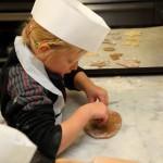 Fleißig am Kekse ausstechen